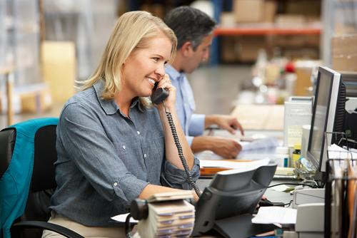 een logistiek professional die haar bestelling optijd ontvangen heeft.